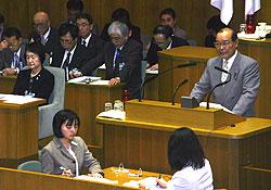 林市長(左)に対して質問する中島文雄議員(右)