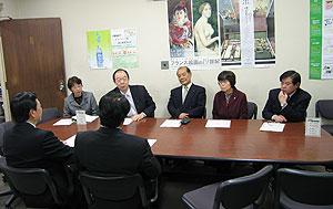 申し入れを行う(左から)白井、大貫、中島、関、河治の各議員。手前は健康福祉局長ら