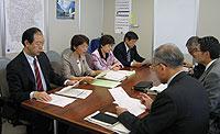 柳下教育次長(右から3人目)らに対して申し入れをする日本共産党横浜市議団=21日、横浜市教育委員会