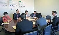 鯉渕信也こども青少年局長(右)らに対して申し入れを行う日本共産党横浜市議団(向こう側)=27日、横浜市役所