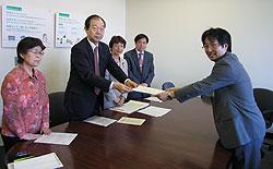 鯉渕こども青少年局長(右)に申し入れ文書を手渡す(左から)関美恵子、大貫憲夫、白井正子、河治民夫の各市議