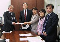 柳下教育次長(左)に申し入れ文書を手渡す(左から)大貫憲夫、白井正子、関美恵子、河治民夫の各市議