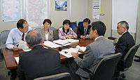 申し入れ後、教育次長らと懇談する日本共産党横浜市議団