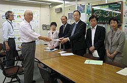 早渕資源循環局長(左から2人目)に申し入れ文書を渡す(左から)関美恵子、中島文雄、大貫憲夫、河治民夫、白井まさ子市議