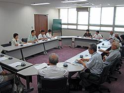 横浜市精神障害者家族連合会(手前)と懇談する(左から)関、大貫、河治、白井各議員