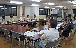 保険医協会の先生方(手前)と懇談する(向こう側左から)白井、大貫、関、河治各議員