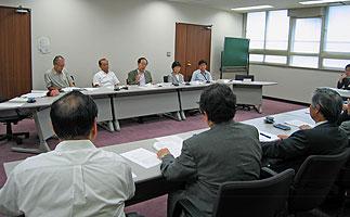 横浜市医師会(手前)の常任理事の方々と懇談する(向こう側2人目から)中島、大貫、関、かわじの各市会議員