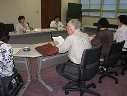 横浜市精神障害者地域生活支援連合会・横浜SSJの方々(手前)と懇談する(向こう左から)関議員、かわじ議員