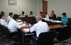 横浜建設業協会の役員(左側)と懇談する(右から)白井、大貫、河治、関各市会議員