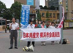 桜木町駅前で市政報告を行う(左から)、大貫、河治、白井、関議員