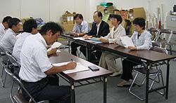 申し入れの後、基地対策課(左側)と懇談する(左奥から)かわじ、、大貫、白井、関各議員