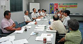 民主商工会横浜協議会のみなさん(右側)と懇談する(左2人目から)大貫、河治、白井の各議員