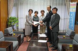 林市長(左)に要望書を手渡す(左から)関、白井、大貫、河治議員