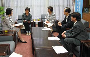 予算要望提出後、林市長(左)と懇談する(左から)関美恵子、白井まさ子、大貫憲夫、河治民夫議員