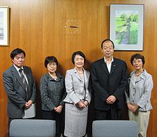 林市長のおつれあいの描いた絵画とともに。左から河治、関、林、大貫、白井氏