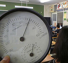 30度を指している教室の温度計
