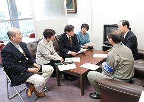荒井室長(右から2人目)と懇談する(左から)中島文雄、白井まさ子、かわじ民夫、関美恵子、(1人おいて)大貫のりおの各市議