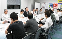横浜民商協議会の方々(手前)と懇談する(左から)あらき由美子、大貫憲夫、岩崎ひろし、古谷まさひこ、白井まさ子の各市会議員