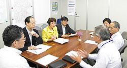漆間浩一指導部長ら(左)と懇談する日本共産党市議団