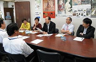 立花健康福祉局長ら(手前左側)と懇談する日本共産党横浜市議団(向こう右側)
