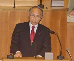 登壇して質問する岩崎ひろし議員