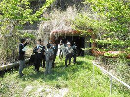 旧小柴貯油施設内の地下トンネルを視察する議員等=4月7日、金沢区