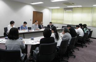 横浜市私立保育園園長会と懇談する日本共産党横浜市議団