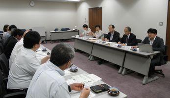 横浜市精神障害者地域生活支援連合会(左)と懇談する日本共産党横浜市議団(右)