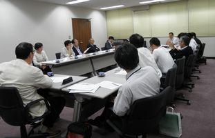 横浜市建設労働組合連絡会(手前)と懇談する日本共産党横浜市議団(向こう側)
