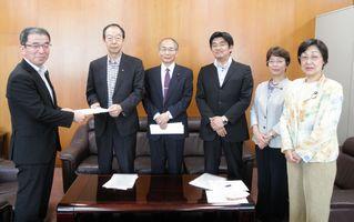 申入書を渡辺巧教副市長(左)に申入書を手渡す日本共産党市議団