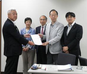 土志田横浜建設業協会会長(左)から要望書を受け取る日本共産党横浜市議団