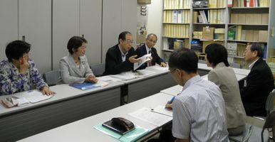 横浜市教育委員会指導部(右側)に申し入れる日本共産党横浜市議団(右側)