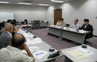 神奈川県保険医協会横浜支部のみなさん(左側)と懇談する日本共産党市議団(右側)
