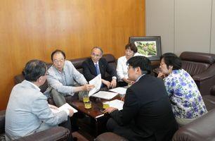 池子米軍住宅計画についての申し入れについて渡辺副市長(左)に説明する日本共産党横浜市議団