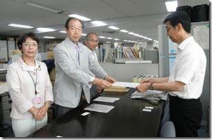 最低賃金の大幅引き上げの申入書を高松主任賃金指導官(右)に手渡す(左から)白井、大貫、岩崎の各市議
