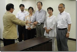 教育委員会に申入書を手渡す日本共産党横浜市議団