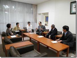 予算要望書を提出後、林市長(左)と懇談する日本共産党横浜市議団