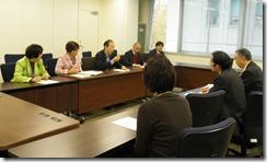 中学校昼食のあり方について申入れする日本共産党市議団(左側)と対応する齋藤教育次長(右側)ら