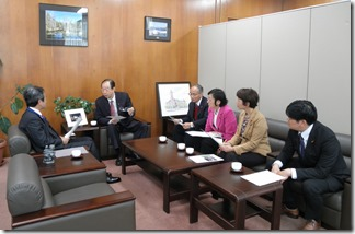 鈴木副市長(左)に申し入れを行う日本共産党横浜市議団