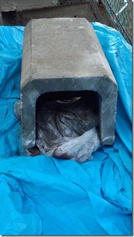 ビニール袋に入れて、コンクリート製のU字管の中に保管(南区、民間保育所)