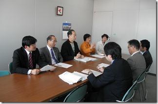 温暖化対策統括本部の信時正人環境未来都市推進担当理事(右側)と対談する日本共産党市議団