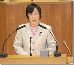 予算組替動議の趣旨説明を行うあらき由美子議員