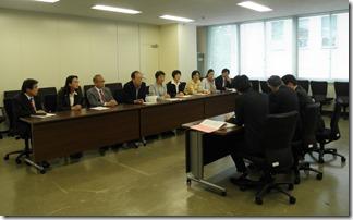 教育委員会事務局(右側)に申し入れる日本共産党横浜市議団(左側)