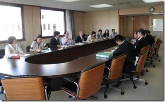 港湾局長等(右側)と懇談する日本共産党横浜市議団(左側)