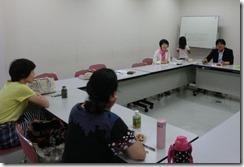 「いいね!」の会のメンバー(右手前)と懇談する日本共産党横浜市議団(右無側)