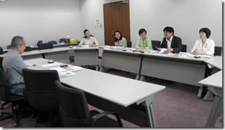 SHIP代表の星野氏(左)と懇談する日本共産党横浜市議団