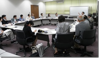 保険医協会(手前右側)と懇談する日本共産党横浜市議団(向こう左側)