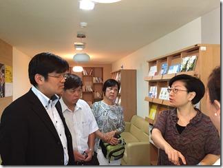 韓国ギャンブル問題センターでキム・ヨンス課長(右)から施設の説明を受ける視察団=8月26日、韓国ギャンブル問題センター。