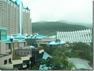 宿泊したホテル(カンウォンランドHigh1ホテル)の客室から見たカンウォンランドホテル。写真正面の青い屋根の建物の1・2階に加えて、右側の三角が集まったような屋根の建物がカジノのために増設されました。