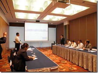 懇談を前にあいさつするギャンブル依存症管理センターのカン・スングン事務局長(左)と古谷やすひこ議員(右)=8月25日、カンウォンランド。